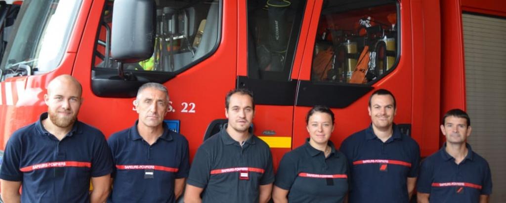 pompiers devant camion rouge