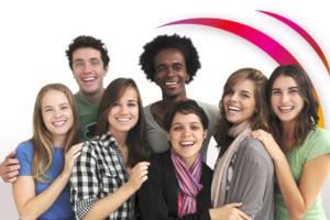 groupe de jeunes souriant