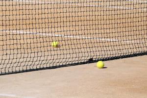 terrain de tennis et balle de tennis